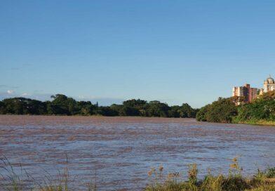 Volume maior de água faz limpeza no rio Paraíba do Sul