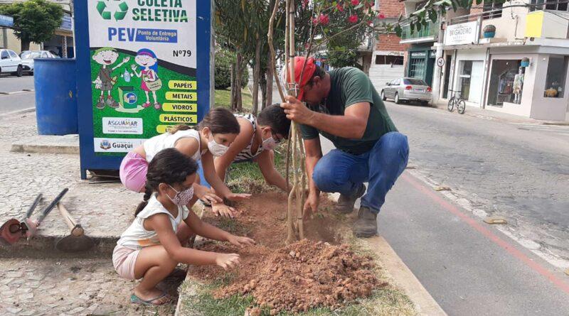 Crianças plantam resedás em avenida de Guaçuí