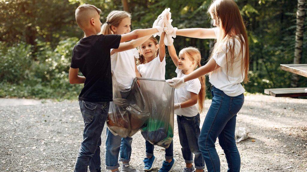 Crianças reciclando