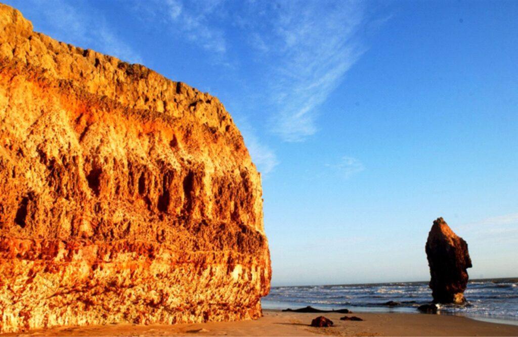 Ponta do Retiro com pináculo hoje removido por ação do mar. Foto: Ricardo Avelino